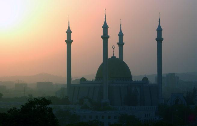 Une vision musulmane qui donne l'impression que le « monde musulman » est embarqué dans un véhicule, dont le rétroviseur est plus grand que le pare-brise.